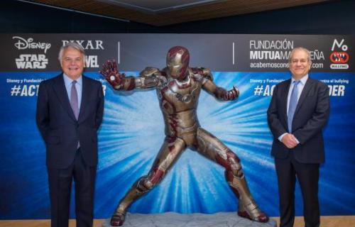 Ignacio Garralda (Mutua Madrileña) y Simon Amselem (Disney) posan junto a una figura de Iron Man