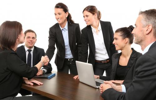 Reunión de trabajo de mujeres y hombres.