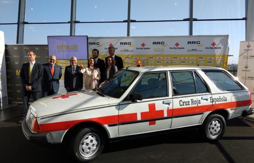 Responsables de Renault Retail Group, Fundación Renault y Cruz Roja Madrid junto al R18 GTD restaurado.