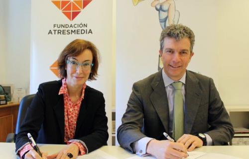 Carmen Bieger, directora de la Fundación Atresmedia, y Alfonso Oriol, presidente de AMPE.