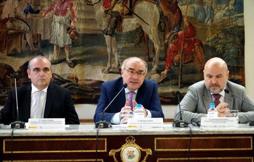 Luciano Poyato, Benigno Pendás (director del Centro de Estudios Constitucionales), y Luis Cayo Pérez Bueno.