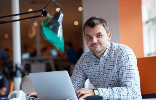 El perfil de inversor de impacto coincide con el de hombre, de 43 años, que invierte a través de Internet.