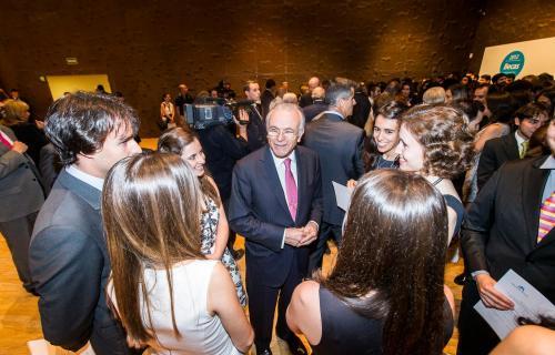 """El presidente de la Obra Social """"la Caixa"""", Isidro Fainé, con jóvenes becados."""