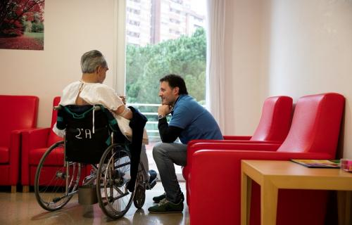 """Este verano, voluntarios de """"la Caixa"""" acompañan por teléfono a personas mayores vulnerables por la Covid-19."""