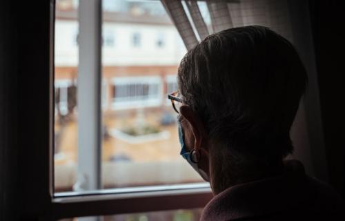 Persona mayor asomada a la ventana de una residencia (Foto: Ignacio Marín).