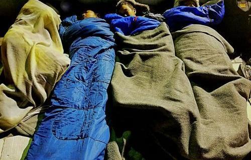 Niños refugiados durmiendo en Lesbos. Foto: Giorgos Moutafis