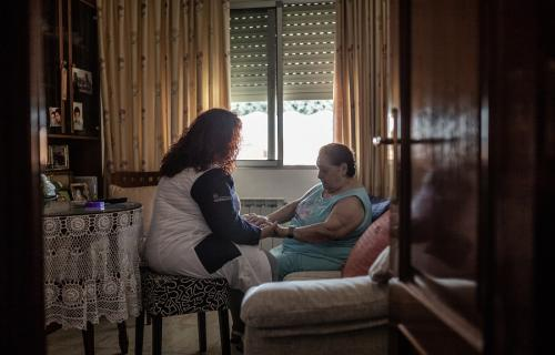 Isabel Calvo (a la izquierda) trabaja como auxiliar de asistencia a domicilio. (Foto: Pablo Tosco. Oxfam Intermón)