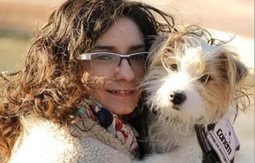 Cini y su dueña, Lidia, a la que ha salvado la vida varias veces.