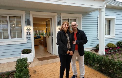 Marta y Vicente, padres de Mario, a las puertas de una vivienda de PortAventura Dreams. (Foto: Ch. D.)