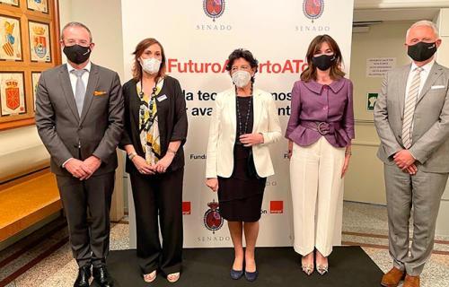 La ministra Isabel Celáa junto a representantes de Orange y Fundación Orange.