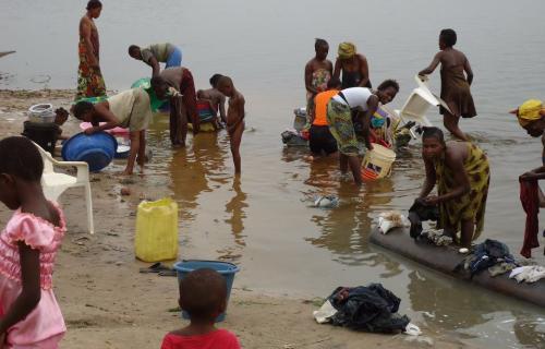 Beber agua no potable causa la muerte a millones de personas cada año. (Foto Oxfam).