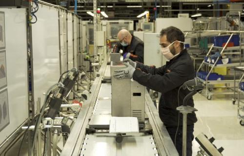 Un trabajador de Seat ensamblando un respirador en la planta de Martorell.