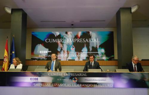 Felipe VI junto a la vicepresidenta Nadia Calviño y los empresarios Antonio Garamendi y Pablo Isla.