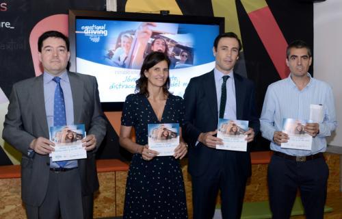 Juan Llovet, Elena Valderrábano y Josu Calvo en la presentación del informe.