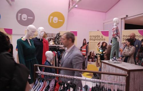 Reproducción de una tienda de 'Moda re-' (Foto: I. Cubillo - Cáritas Española).