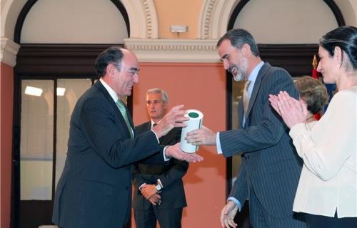 El rey Felipe VI entrega el premio a Ignacio Galán, presidente de Iberdrola.