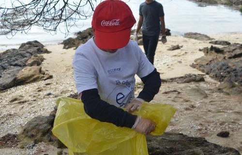 Un niño participa en una recogida de residuos.