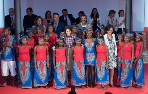 La reina Letizia y Ana Botín, junto a los componentes del Coro de Gospel Malagasy