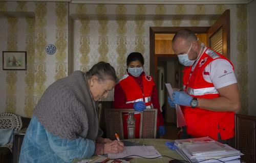Voluntarios de la Cruz Roja entregando alimentos durante la pandemia.