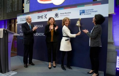 Margarita Delgado, subgobernadora del Banco de España, toca la campana por la Igualdad de Género en La Bolsa.
