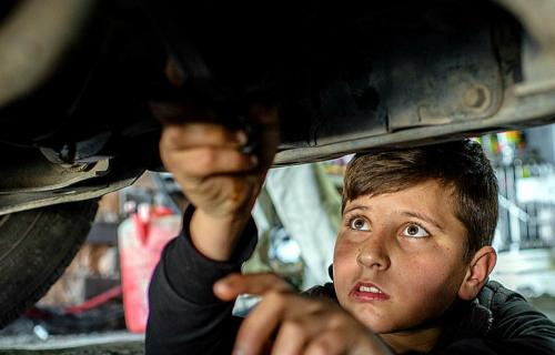 Mohamed, de 12 años, refugiado sirio, trabaja como mecánico en Irak. Foto: Unicef/Uno20145/Yar.
