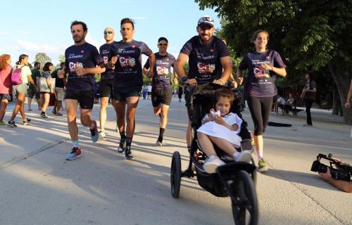 Daniel Guerrero corre con su hija Isabel durante un entrenamiento con miembros del equipo 'Un tri para Cris'.