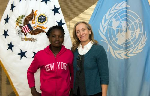 Graciela Eisie Ouakabo, de 16 años, con Kelley Eckels Currie, representante del Consejo Económico y Social de Naciones Unidas.