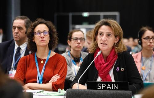 La directora de la Oficina Climática, Valvanera Ulargui, y la ministra de Transición Ecológica, Teresa Ribera, en un momento de las negociaciones