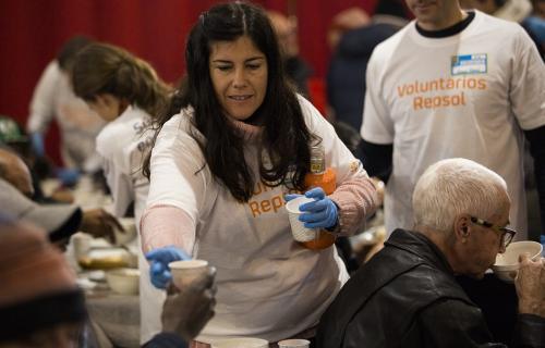 Voluntarios de Repsol colaboran en un comedor social de Mensajeros de la Paz (Foto: Voluntare)