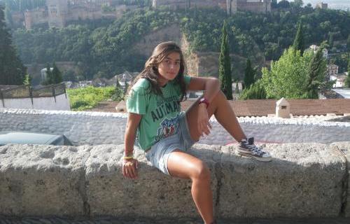 Yasmina Escudero, posando ante la Alhambra de Granada.