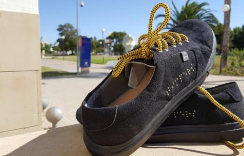 Las zapatillas llevan el logo de la marca en braille.
