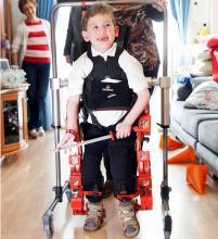 Álvaro caminando en su domicilio gracias al exoesqueleto.