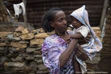 madre con un bebé pasando hambre
