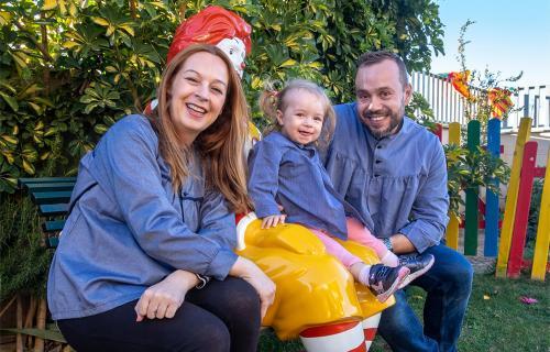 Avelina con su marido y su hija mayor, Vera, en una de las casas de la Fundación Ronald McDonald.