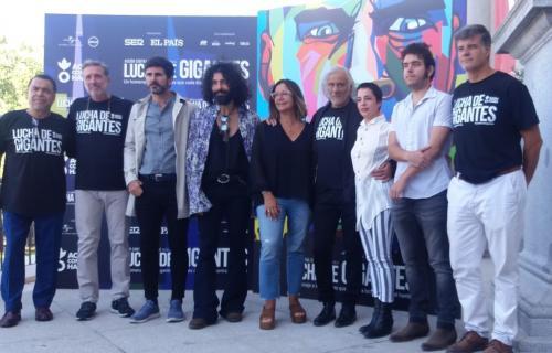 Emilio Aragón junto a varios de los artistas, periodistas y colaboradores que participan en 'Lucha de gigantes'.