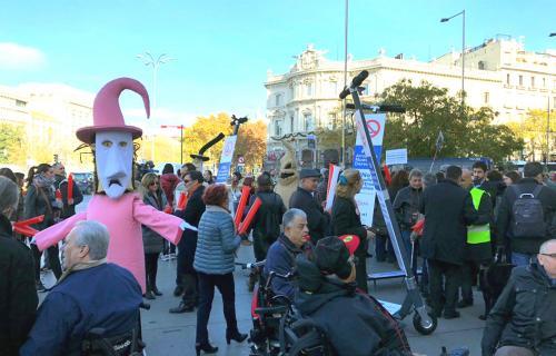 Concentración de personas con discapacidad frente al Ayuntamiento de Madrid.