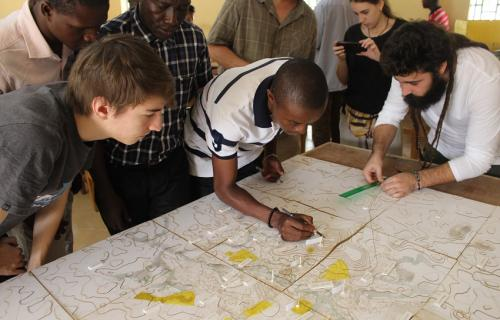 Estudiantes de Unimak y Uspceu elaboran una maqueta de la ciudad (Foto: Escuela de Arquitectura de Uspceu).