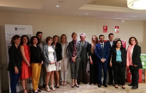 Lise Kingo (en el centro), junto al equipo de trabajo de la Red Española del Pacto Mundial