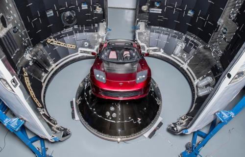 El coche Tesla que el magnate Elon Musk ha puesto a bordo del Falcon Heavy.