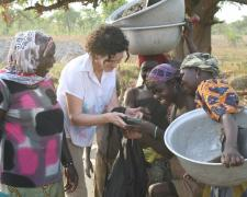 Maite de Aranzabal en uno de sus viajes a África supervisando proyectos de Viña Ardanza Solidario.