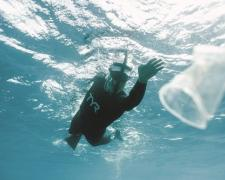 Ben Lecomte durante su travesía a nado a través de la isla de basura del Pacífico.