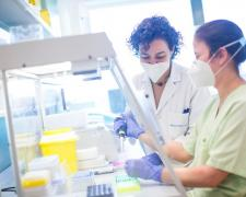 La doctora Carmen de Mendoza con una persona de su equipo en el Hospital Puerta de Hierro.