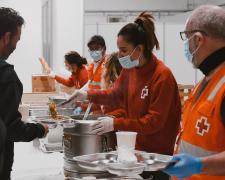 Voluntarios de Cruz Roja Española sirviendo comidas.