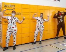 Trabajadores de Amazon cambian su uniforme habitual por un pijama.