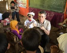 Guillermo Fesser con un grupo de niños en Filipinas. Foto: Javier Fesser.