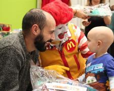 Un niño y su padre junto al payaso Ronald McDonald en una de las casas de la Fundación.