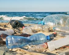 Residuos de plásticos abandonados en la playa