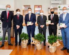 Responsables de LG España junto a los embajadores de los países galardonados.