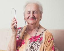 Un 27,9% de las personas mayores de 74 años utilizó internet en España en los tres últimos meses