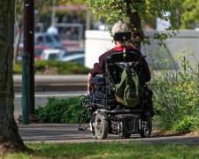 Una persona con discapacidad se desplaza en silla de ruedas